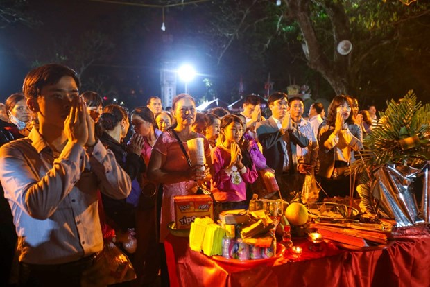 Tran Thuong Temple's food distributing festival attracts thousands hinh anh 2