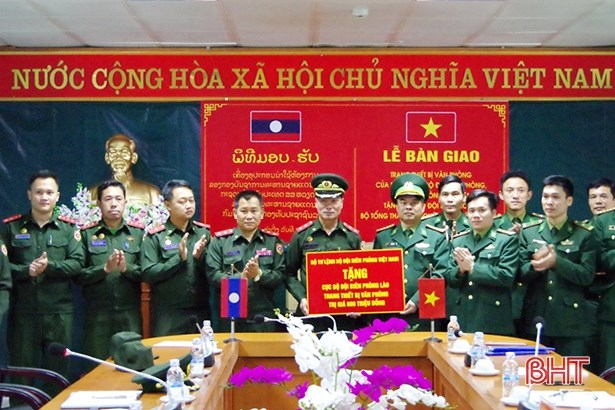 Office equipment handed over to Lao border guards hinh anh 1