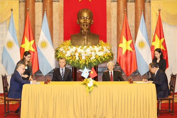 Vietnam, Argentina sign cooperation documents hinh anh 1