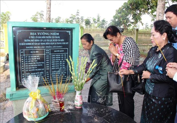 Cambodian women delegation visits Vietnam hinh anh 1