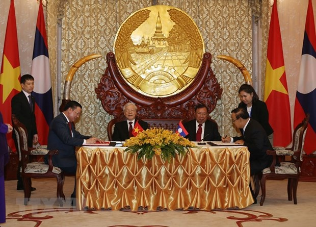 Top leaders of Vietnam and Laos hold talks in Vientiane hinh anh 2