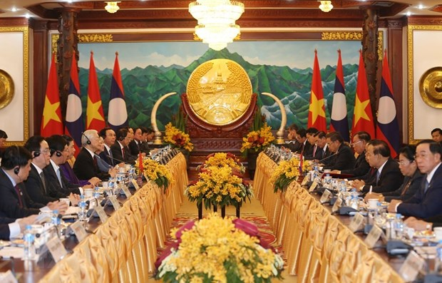 Top leaders of Vietnam and Laos hold talks in Vientiane hinh anh 1
