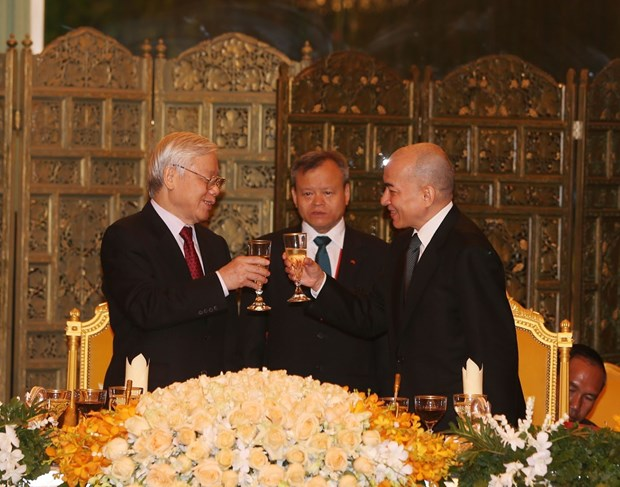 Cambodian King hosts state banquet for Vietnamese leader hinh anh 1