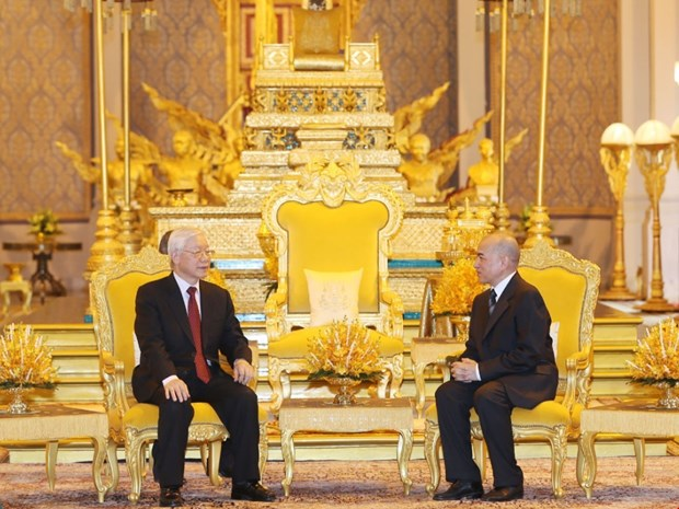 Leader holds talks with Cambodian King hinh anh 1