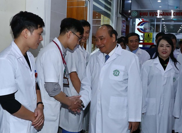 PM lauds silent contributions of doctors to public health care hinh anh 1