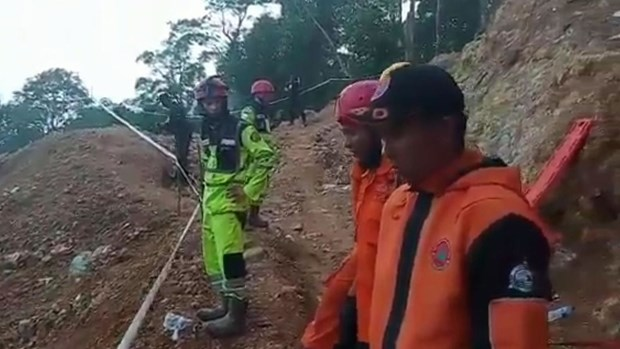 Indonesia: Rescue of victims in collapsed mine face hardships hinh anh 1