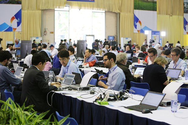 Media in race for latest news on DPRK-USA Hanoi Summit hinh anh 1