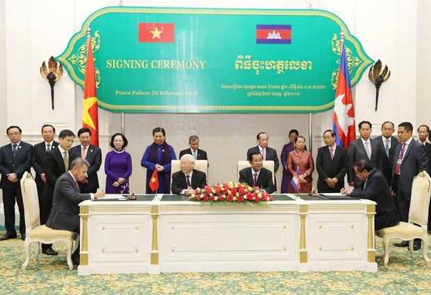 Vietnam Airlines, Cambodia's Tourism Ministry ink cooperation deal hinh anh 1