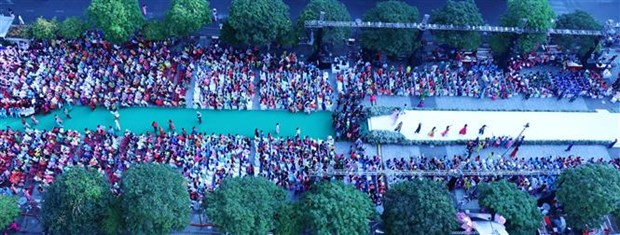 Over 3,000 people join mass performance in 6th Ao Dai festival hinh anh 1
