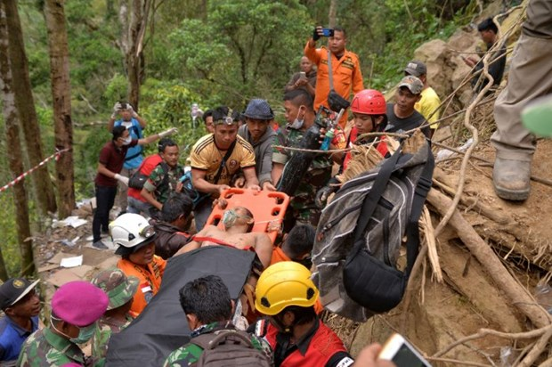Indonesia estimates up to 100 still trapped in mine hinh anh 1