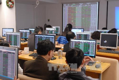 Vietnamese shares gain on large-cap stocks hinh anh 1