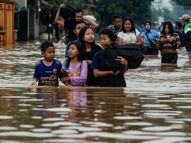 Indonesian floods kill two, force hundreds to evacuate hinh anh 1