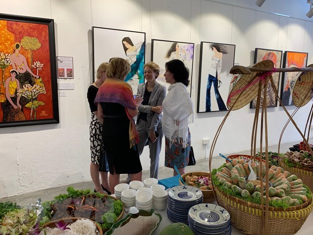 Painting exhibition honouring Vietnamese women held in Singapore hinh anh 1