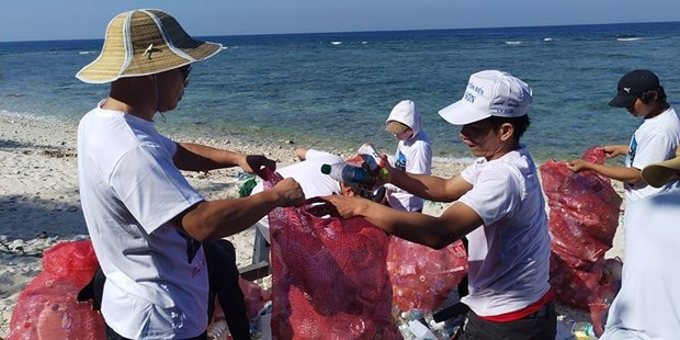 Volunteers clean up Ly Son island in Quang Ngai hinh anh 1