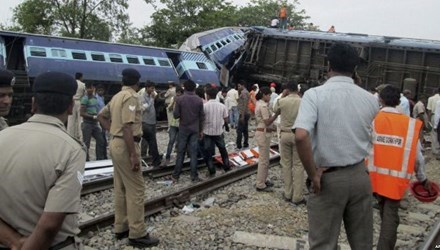 Tens injured after train derails in Indonesia hinh anh 1