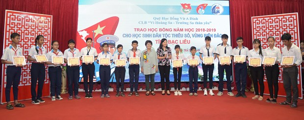 Scholarships presented to needy students in Bac Lieu hinh anh 1