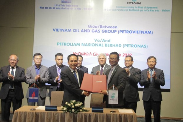 Oil corporations of Vietnam, Malaysia sign gas deal hinh anh 1