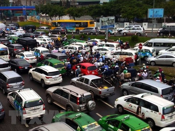 HCM City urges work on roads surrounding airport hinh anh 1