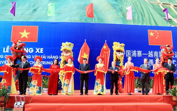 Vietnam, China open specialised route for goods transportation hinh anh 1