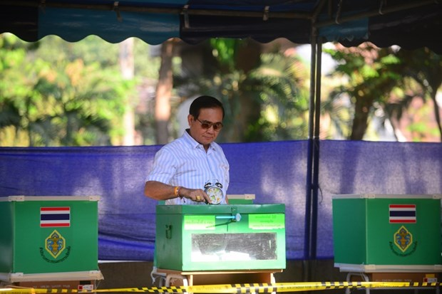PM congratulates Thai counterpart on successful general election hinh anh 1