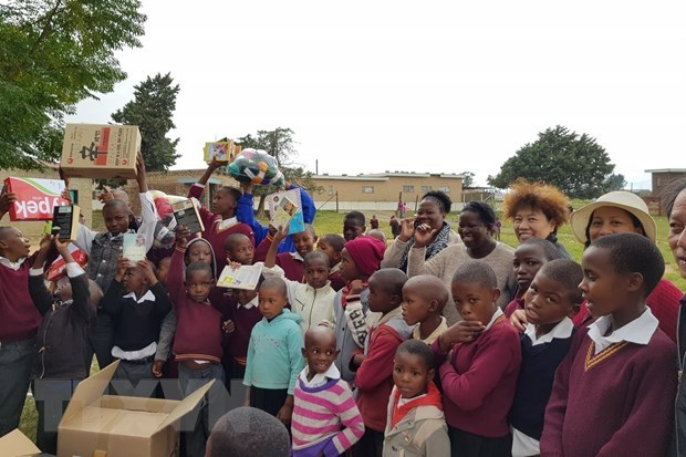 Vietnamese delegation offers gifts to children in Lesotho hinh anh 1