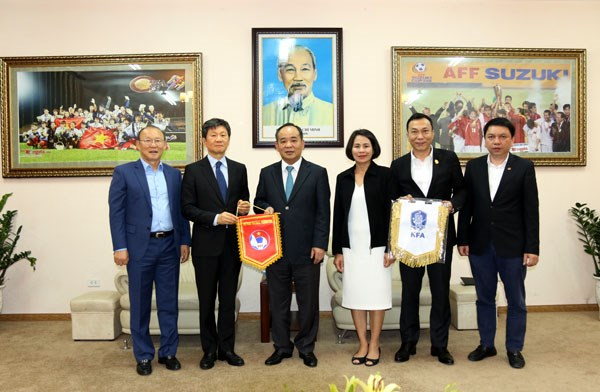 Vietnam-RoK relations bolstered through football activities: VFF hinh anh 1