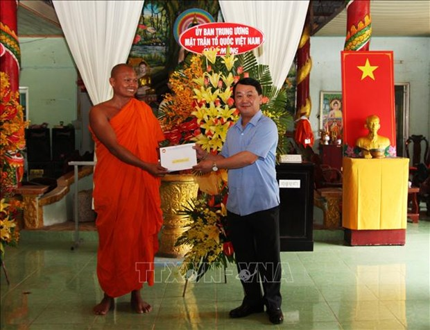 VFF officials extend greetings to Khmer monks on traditional New Year hinh anh 1