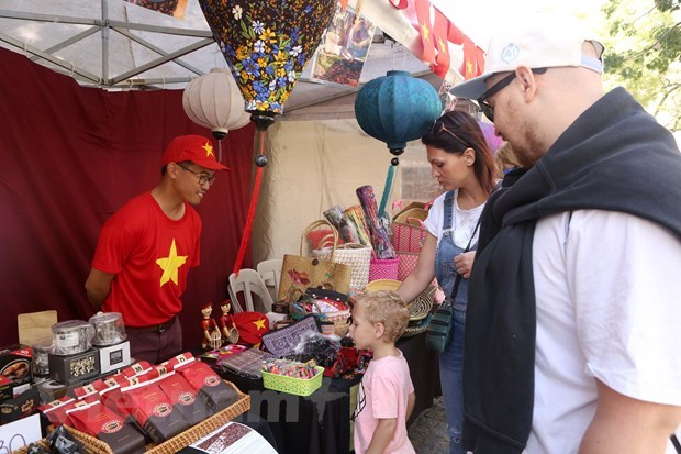 Vietnamese culture introduced at ASEAN Bazaar in Argentina hinh anh 1