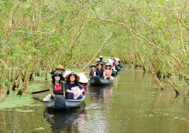 Vietnam aims for more competitive tourism industry hinh anh 1