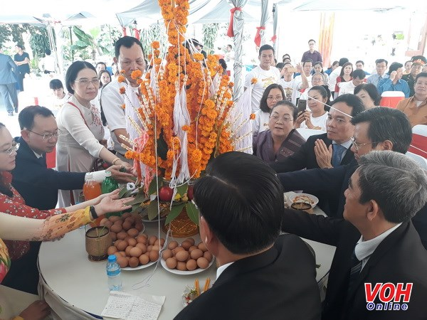 HCM City's officials extend Bunpimay greetings to Lao officials hinh anh 1