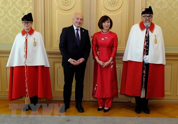 Vietnamese Ambassador presents credentials to Swiss President hinh anh 1