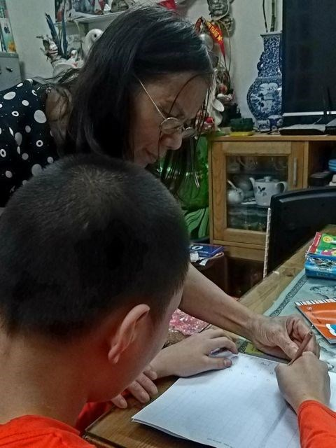 Retired teacher dedicates life to disadvantaged children hinh anh 1