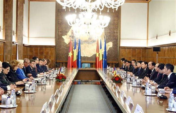 Welcome ceremony held for PM Nguyen Xuan Phuc in Bucharest hinh anh 3