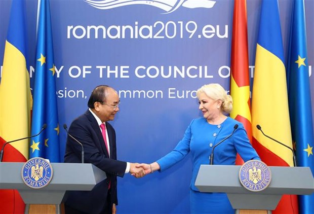 PMs of Vietnam, Romania hold joint press conference hinh anh 1