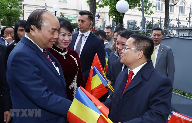 PM Nguyen Xuan Phuc meets overseas Vietnamese in Romania hinh anh 1