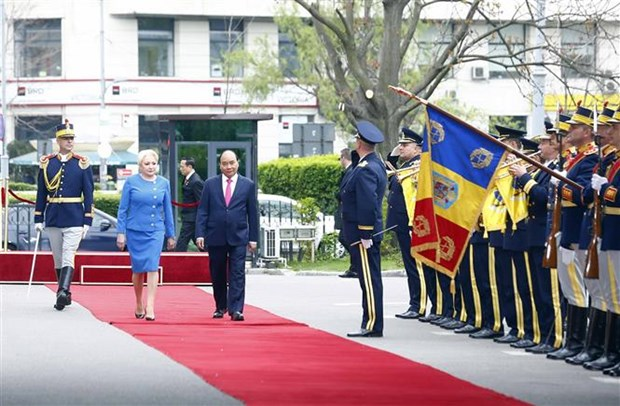 Welcome ceremony held for PM Nguyen Xuan Phuc in Bucharest hinh anh 2