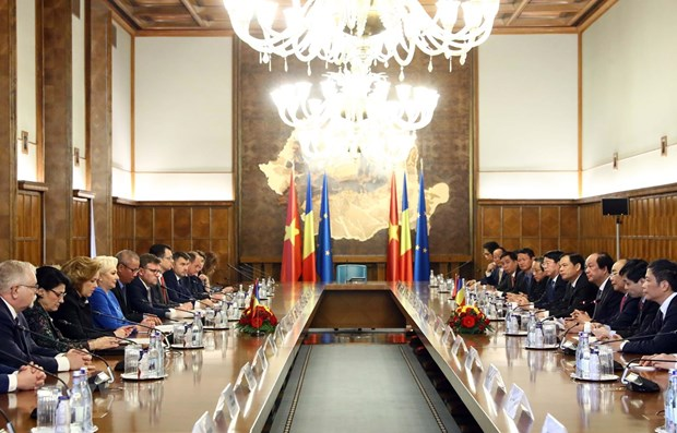 PM Phuc holds talks with Romanian counterpart hinh anh 1