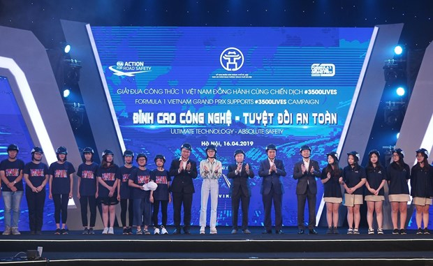 Hanoi students presented with 10,000 qualified helmets hinh anh 1