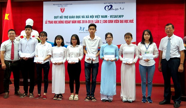 Thua Thien-Hue: 32 scholarships presented to disadvantaged students hinh anh 1