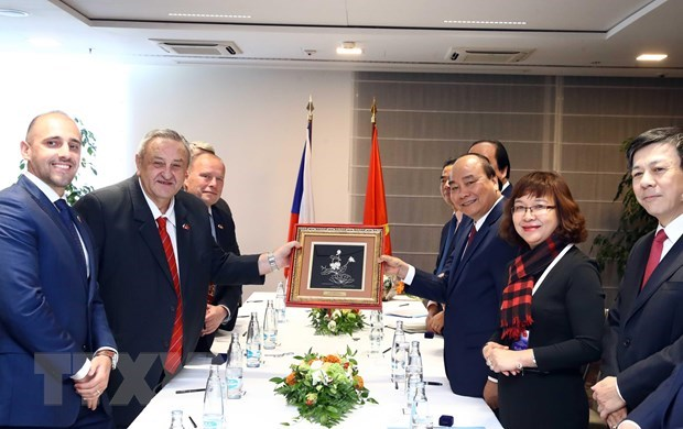 Prime Minister meets overseas Vietnamese in Europe hinh anh 2