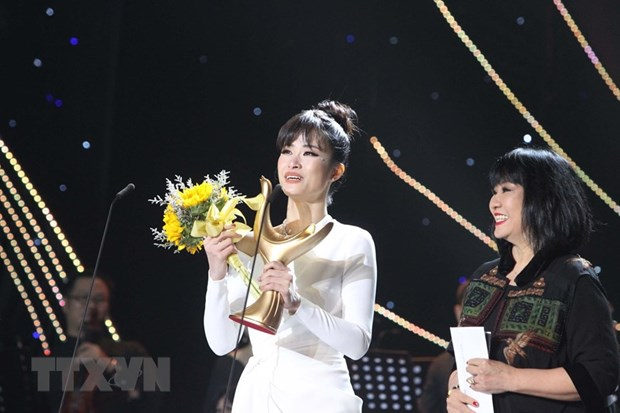 Dong Nhi wins Devotion Award for Singer of the Year hinh anh 1