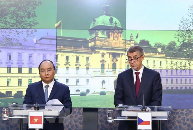 Vietnamese, Czech PMs seek ways to boost bilateral partnership hinh anh 1