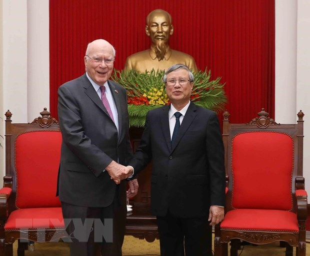 Party official welcomes visit by US senators hinh anh 1