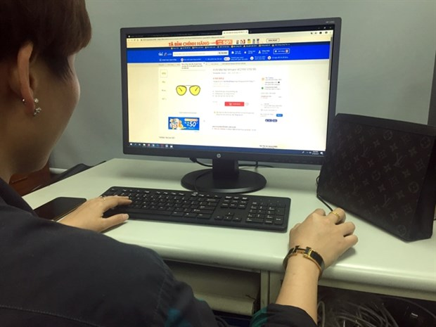 Tighter regulations needed to prevent fake goods online hinh anh 1