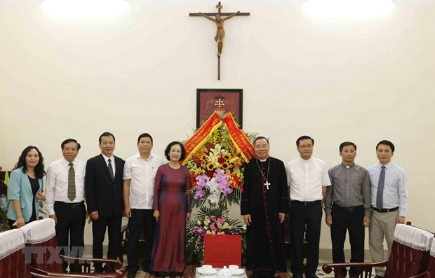 Party official extends Easter greetings to Hanoi Archdiocese hinh anh 1