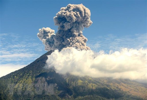 Volcano on Indonesia's Bali resort island erupts again hinh anh 1