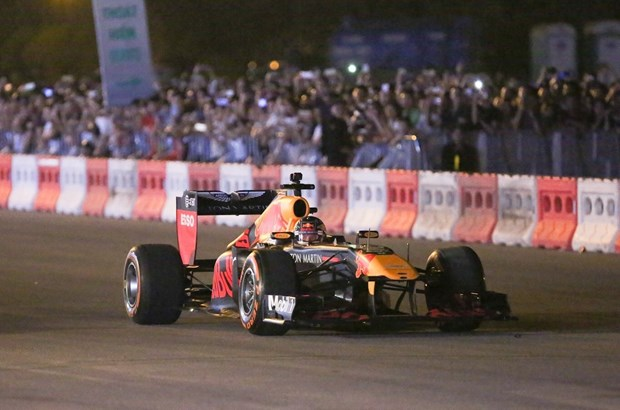 Formula One legend hits Hanoi streets hinh anh 1
