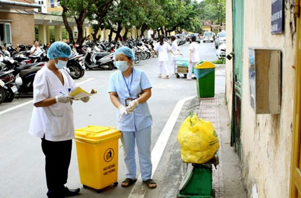 Hanoi adopts plan tightening control over medical waste hinh anh 1