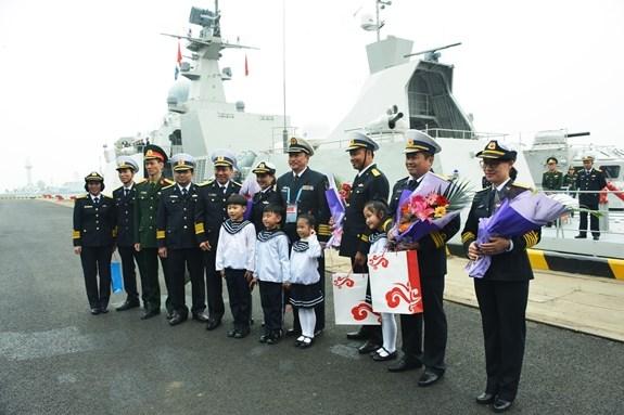Vietnamese naval ships visit China hinh anh 1