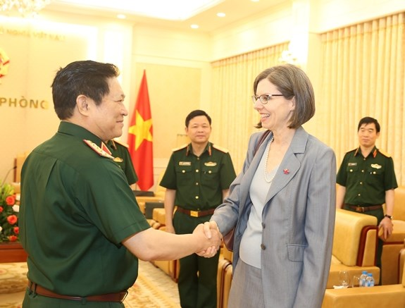 Defence Minister hosts Canadian diplomat hinh anh 1